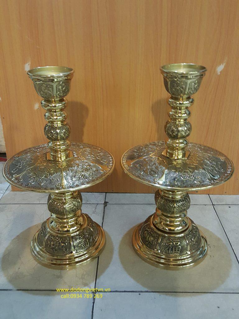 Đôi đèn nến bằng đồng vàng được đúc hình bát giác rất tinh xảo từng họa tiết hoa văn .đôi chân nến bát giác thờ cúng gia tiên hoặc cúng tiến đền thờ