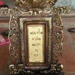 Bài vị bằng đồng thờ cúng gia tiên ông bà được đặt ở giữa bàn thờ để tưởng nhớ những người quá cố .bài vị bằng đồng được đặt chữ theo dòng họ ý nghĩa để đời cho con cháu về sau .