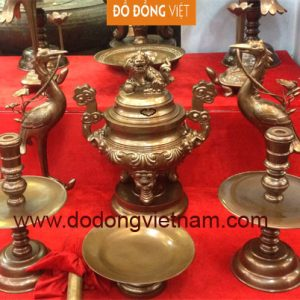 Bộ tam sự hay bộ đồ thờ (nói theo kiểu dân gian) gồm ba vật dụng gồm một lư hương và hai cây đèn và thường bằng đồng bằng đồng vàng hoặc đồng hun màu