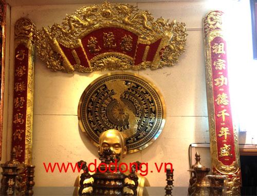 Cuốn thư câu đối treo trên bàn thờ cúng gia tiên được gò chạm thủ công bằng đồng vàng cao cấp