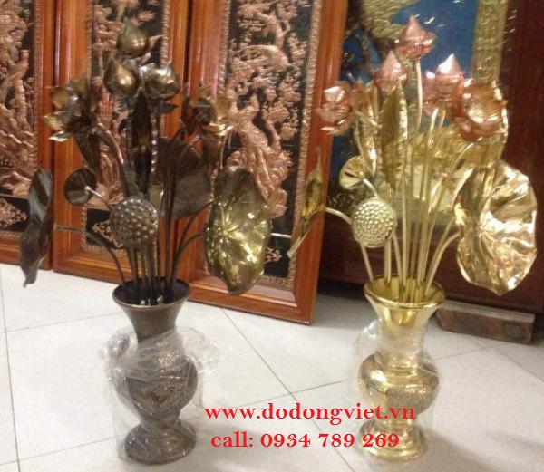 Bộ hoa sen bằng đồng làm từ đồng lá nguyên chất công nghệ thủ công .hình những bông hoa sen được cắm trong bình rất tinh khiết mang lại phòng thờ trang trọng hơn .bộ hoa sen bằng đồng