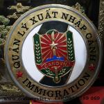logo xuất nhập cảnh bằng đồng chạm đồng mỹ nghệ thủ công truyền thống đườn net hoa  văn tinh xảo