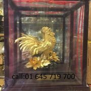Tranh gà bằng đồng  dát vàng chạm rất công phu và chi tiết được  dát những lá vàng tinh xảo