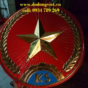 Huy hiệu quân đội bằng đồng chạm đồng lá nguyên chất đường nét ho văn đẹp trang trí cổng các oanh trại quân đội mang lại danh hiệu quân đội nhân dân việt nam.